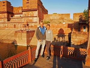 Unser Tipp in Dholpur: Zum Sonnenuntergang herrscht ganz besondere Stimmung im Machkund Tempel