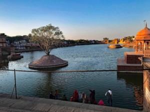 Pilger baden im Machkund Tempel in Dholpur
