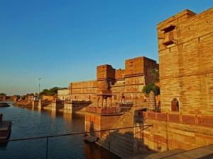 Sehenswürdigkeiten Nr. 1 und beliebt bei Pilgern: der Machkund Tempel in Dholpur