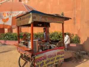 Indisches Street Food, typischer Rollwagen mit verschiedenen Broten und frittierten Snacks