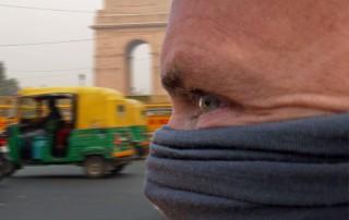Person mit Schutzmaske vor Luftverschmutzung vor dem India Gate in Neu-Delhi