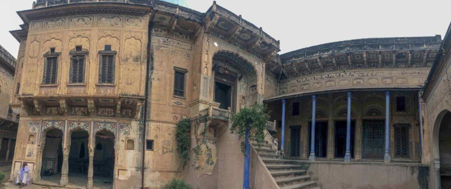 Wunderschöne bunte Wohnhäuser, Havelis genannt, in Mandawa. Panorama auf das Haus von Außen
