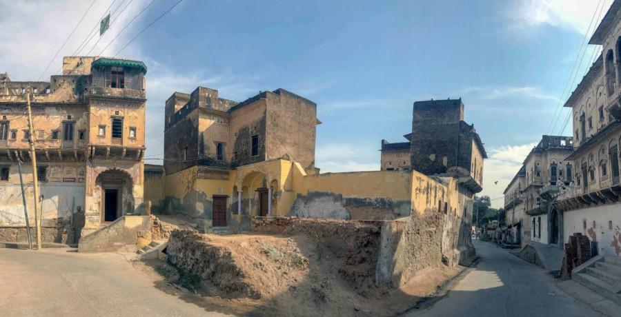 Leben in der Wüste: Panorama einer Gasse mit alten Havelis