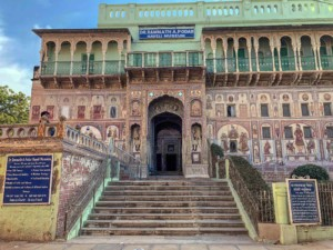 Sehenswuerdigkeiten: Eingang des Podar Haveli Museum in Nawalgarh