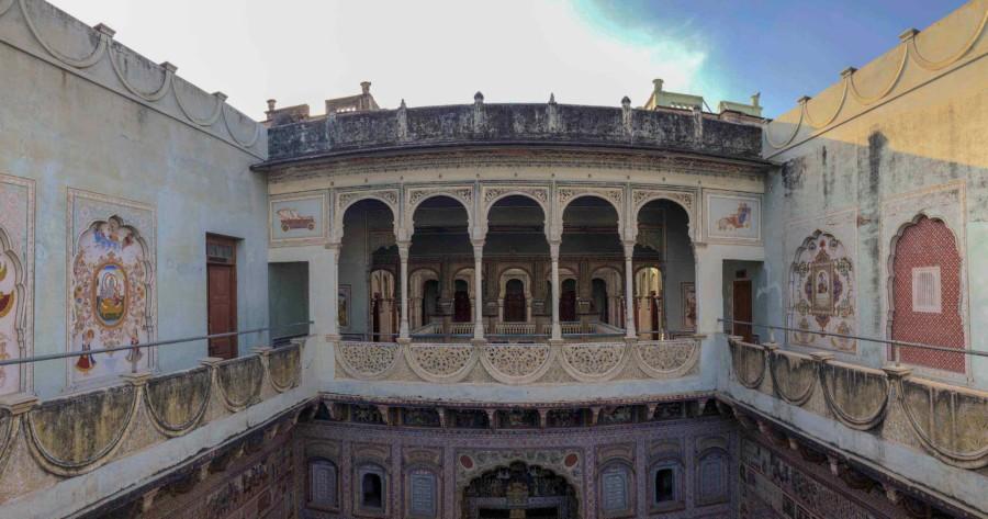 Bunte Havelis: Innenhof im Haveli Museum in Nawalgarh