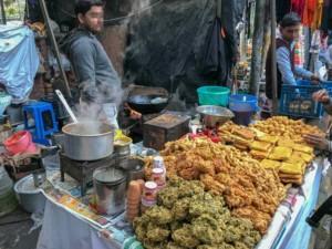 Pakora & Samosa sind typische Snacks, die überall an der Straße erhältlich sind