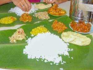 Typisch für die südindische Küche ist, mit den Fingern von einem Bananenblatt zu essen