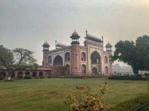 Drei Eingänge hat das Taj Mahal: hier das imposante Westtor