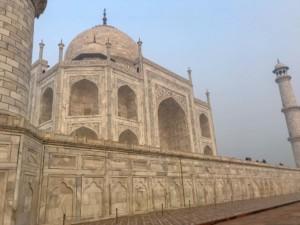 Das UNESCO Weltwunder Taj Mahal ist aus weißem Marmor
