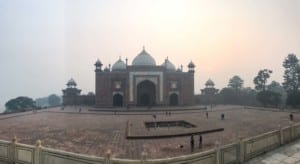 Panorama des Nebengebäude des Taj Mahal bei Sonnenaufgang