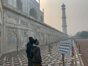 Indien Weltwunder Tipps: Der Eintritt in das Mausoleum kostet 200 INR (2,55 Euro) extra