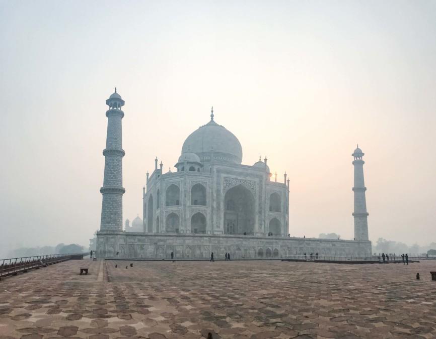 Sonnenaufgang im Weltwunder Taj Mahal