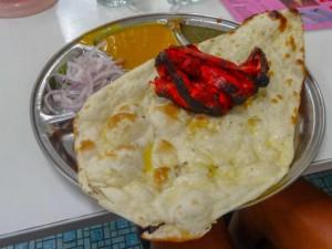 Tipp Essen in Indien: Tandoori Chicken & Naan, dazu verschiedene Soßen, eines unserer Favoriten