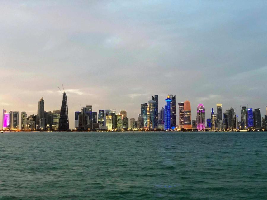 Die Skyline von Doha bei Nacht