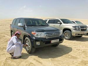 Bevor es in die Wüste geht wird Luft aus den Reifen gelassen, um sicher über den Sand zu sliden