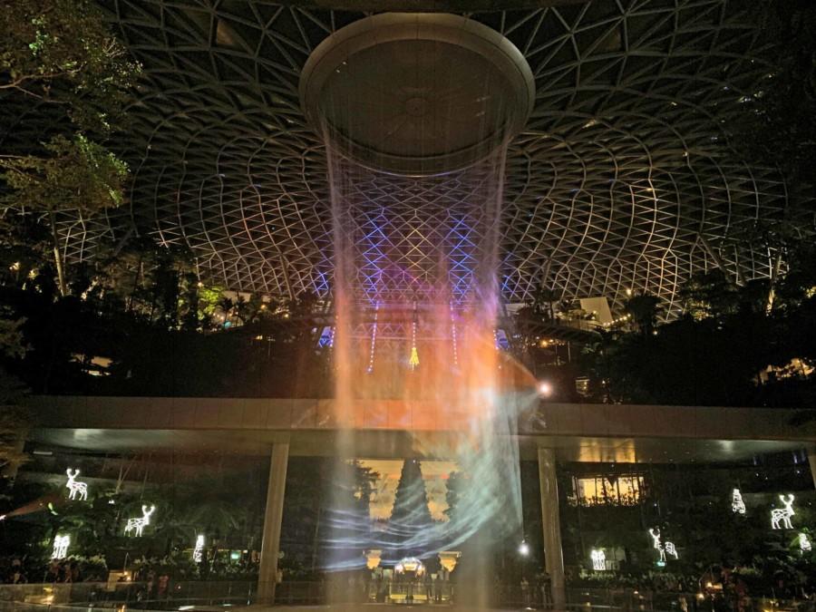 """Abends findet eine Lichtshow mit Musik am Wasserfall """"Jewel"""" im Changi Airport statt"""