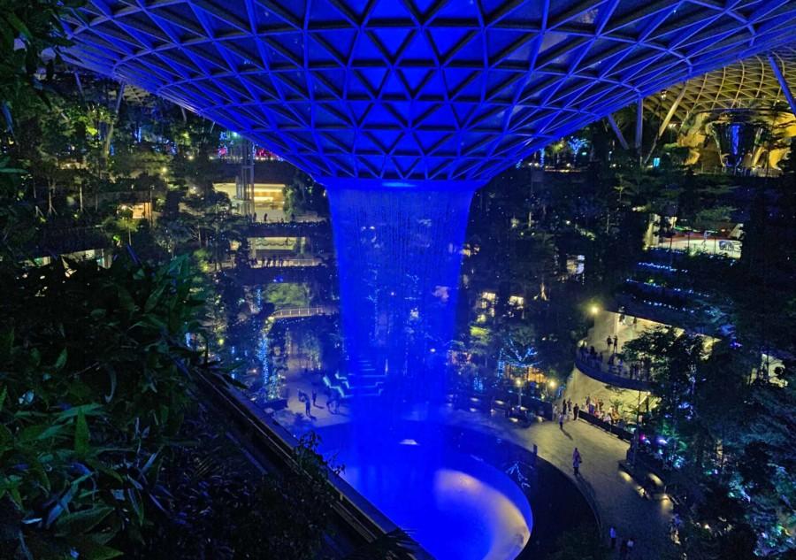 """Das """"Jewel"""" am Changi Flughafen - der beleuchtete Wasserfall ist besonders abends absolut beeindruckend"""