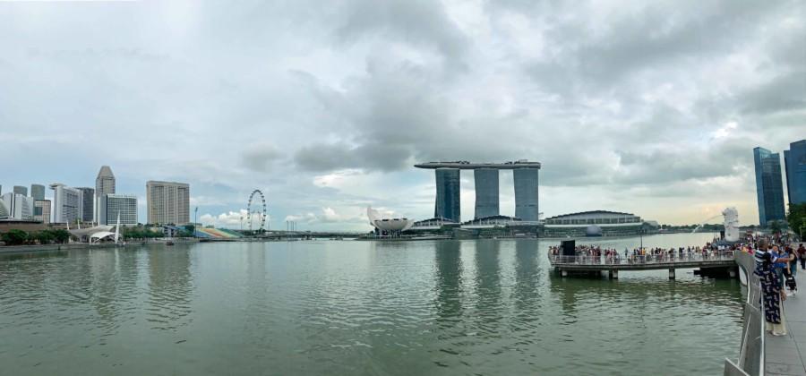 Panorama der berühmten Marina Bay - rechts top Sehenswürdigkeit Merlion, das Marina Bay Sands in der Mitte und der Singapore Flyer links
