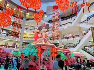 Shoppen in Kuala Lumpur im Berjaya Times Square Shopping Center, bunte Lichter vor Rolltreppen in einer Mall