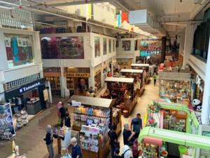 Shops im Central Market, Blick von oben auf die Stände mit buntem Angebot
