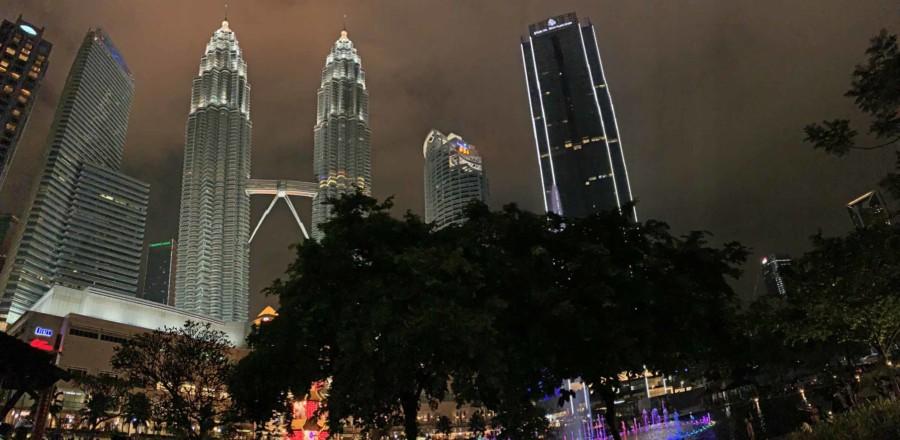 Panorama im KLCC , das Kuala Lumpur City Centre mit Petronas Towers im Hintergrund bei Nacht