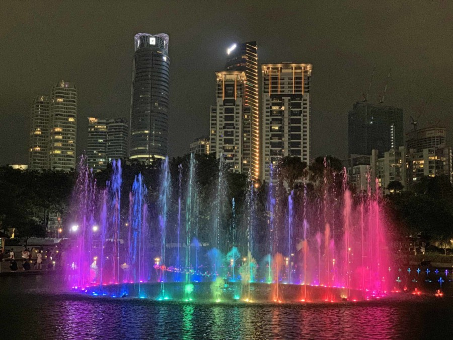 Tipps Kuala Lumpur: Licht- & Wassershow im Symphony Lake im KLCC, Blick bei Nacht auf die bunten Lichter der Show