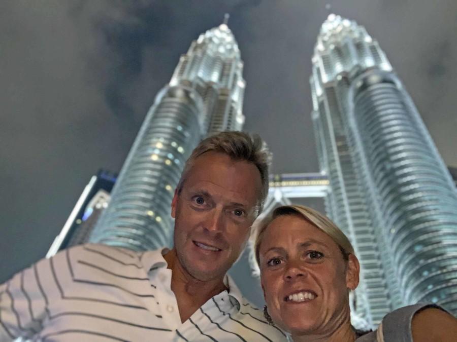 Karin und Henning in Kuala Lumpur vor dem Highlight Petronas Towers