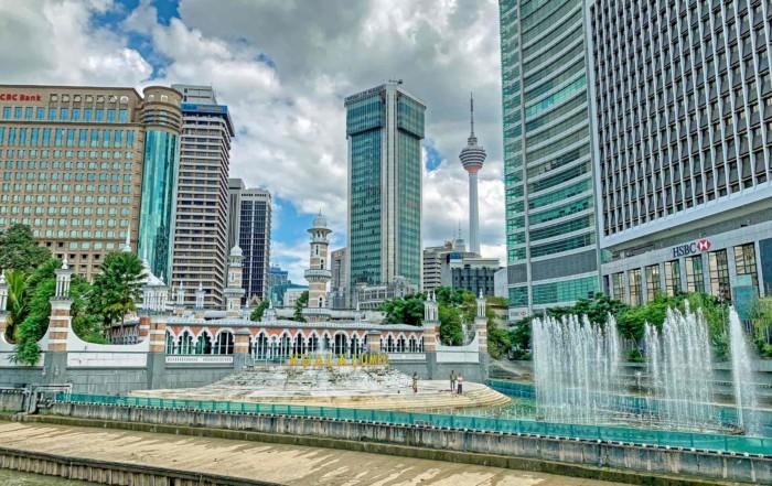 Kuala Lumpur Sehenswürdigkeiten, interessante Orte, Highlights und Tipps: Blick auf River of Live, Masjid Jamek und KL Tower