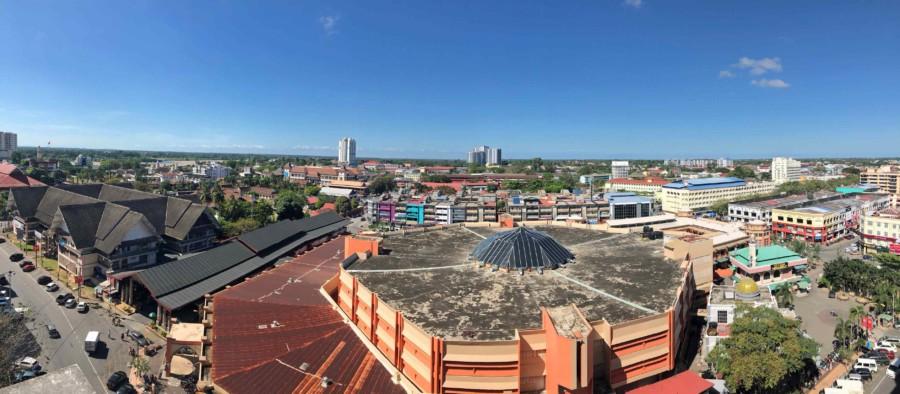 Panorama über Kota Bharu, das Runde in der Mitte ist der Markt Pasar Besar Siti Khadijah