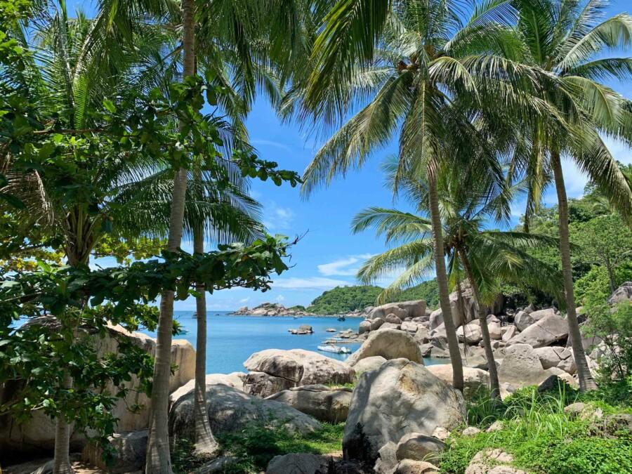 Schnorcheln umgeben von großen runden Felsen am Ao HIn Wong