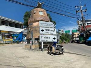 Die Hauptstraße der Insel: hier in Mae Haad kannst Du zu den beiden anderen großen Orten Sairee Beach und Chalok Bay kommen