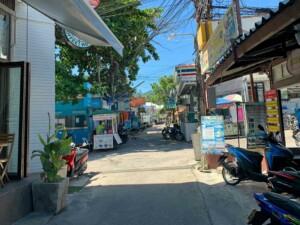 Im Hauptort der Insel Mae Haad findest Du alles was Du brauchen könntest