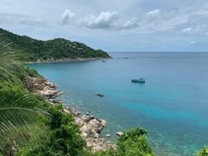 Einer unserer Schnorchel Tipps: Aow Leuk Bay aus Sicht des Sai Daeng Resort