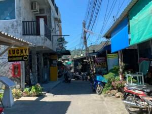 Im Ort Sairee findest Du viele Shops, Restaurants und Tauchschulen