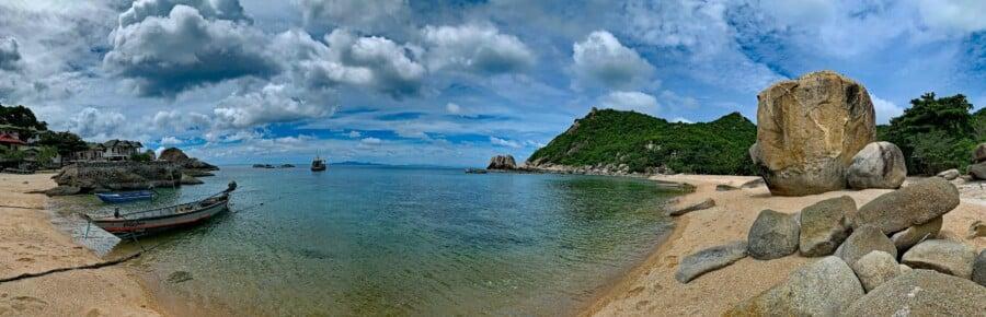 Sehenswürdigkeiten, Strände, Schnorcheln & Tipps: Panorama in der zum Schnorcheln wunderschönen Tanote Bay