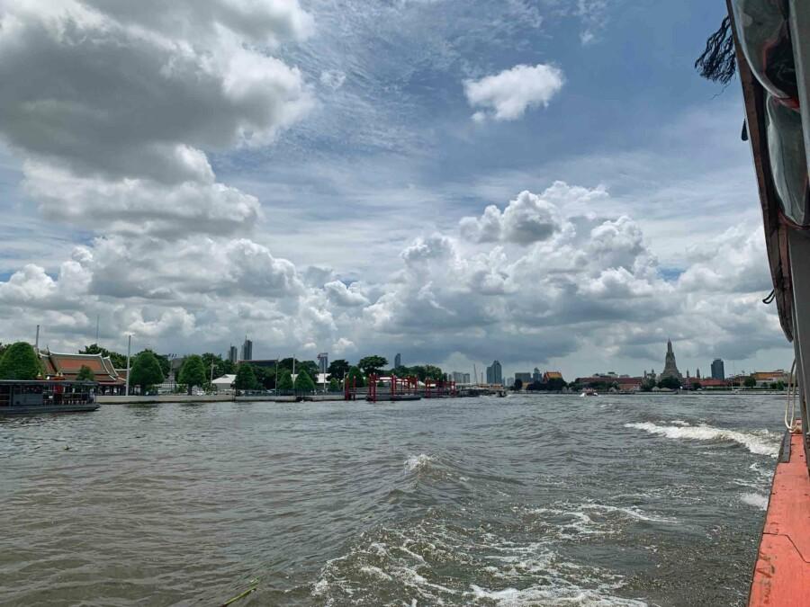Tipps, Highlights, interessante Orte & Sehenswürdigkeiten: Aussicht vom Boot auf dem Chao Phrao River auf den Grand Palace und Wat Arun