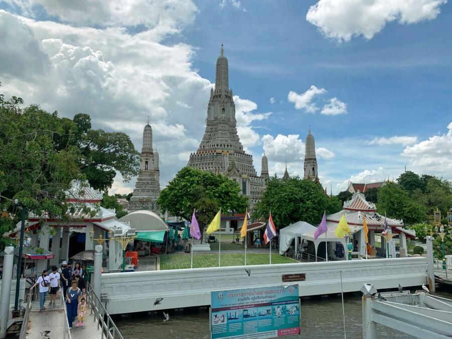 Eine der top Sehenswürdigkeiten: Wat Arun und der Weg zum Pier